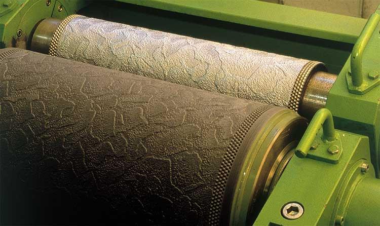 Бумажные тисненые обои под покраску в интерьере